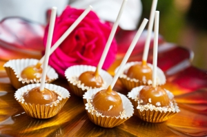 mini-caramel-apples-fall-wedding-desserts-2